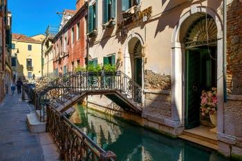Le romantique Rio de San Zaninovo le long de la Fondamenta del Remedio, dans le Sestier du Castello à Venise.
