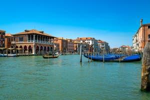 Bateau à rames sur le Grand Canal de Venise, devant la Pescheria du Rialto.