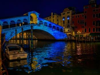 Les illuminations de Noël du pont du Rialto à Venise.