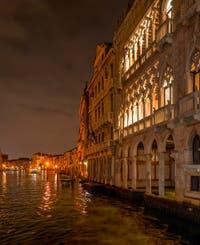 Les nuits de Venise, le Grand Canal et la dentelle du Palais de la Ca' d'Oro.