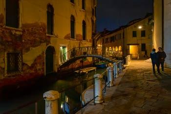 Les nuits de Venise en novembre, le Campo de la Madalena et le Sotoportego delle Colonete dans le Cannaregio.