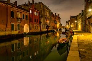 La nuit à Venise, la Fondamenta Gasparo Contarini et le Rio et le pont de la Madonna de l'Orto dans le Cannaregio à Venise.