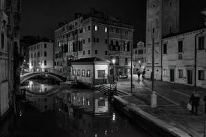 Les reflets du Rio del Mondo Novo et la Fondamenta Santa Maria Formosa dans le Castello à Venise.