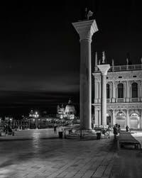 Les colonnes de la Piazzetta San Marco et l'église de la Salute à Venise.