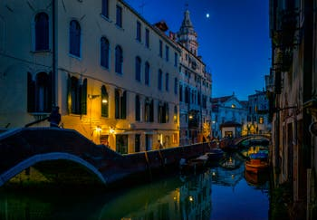Les soirs de Venise en novembre, le Rio del Mondo Novo et la Fondamenta dei Preti, au fond le campanile et l'église de Santa Maria Formosa, dans le Sestier du Castello à Venise.