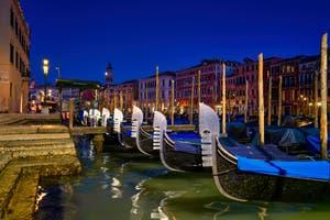 Les Gondoles de la Riva del Vin à Venise.