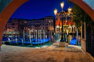 Les gondoles du Traghetto de la Riva del Vin dans le Sestier de San Polo à Venise.