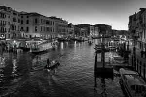 Vaporetti et gondoles sur le Grand Canal de Venise depuis le pont du Rialto.