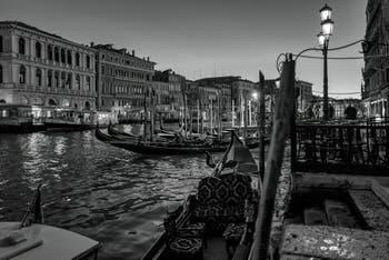 Vaporetto et gondoles sur le Grand Canal de Venise
