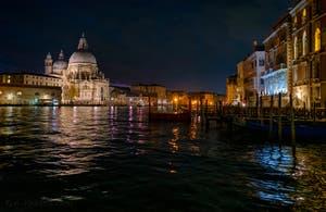 L'église de la Madonna de la Salute et le Grand Canal de Venise de nuit.
