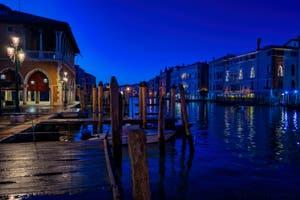 Le marché du Rialto et le Grand Canal de Venise avec le palais de la Ca' d'Oro.