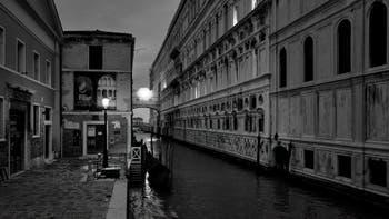Le Palais des Doges et le Pont des Soupirs de nuit à Venise.