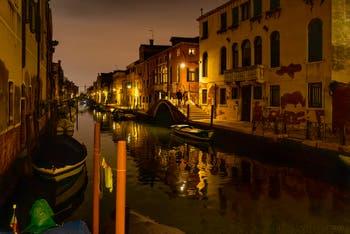Les nuits de Venise en novembre, le Rio de la Sensa et le pont Brazzo dans le Cannaregio.