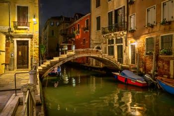 Nuit Vénitienne : le pont Chiodo dans le Cannaregio à Venise.