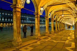 Les illuminations de Noël des Procuratie Vecchie et la place Saint-Marc à Venise.