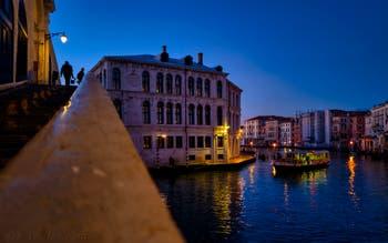 Le Grand Canal de Venise, le pont du Rialto et le Palazzo dei Camerlenghi.