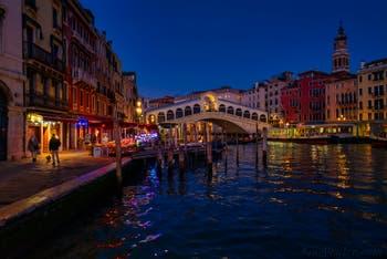 Le Grand Canal de Venise, le pont du Rialto et la Riva del Vin.