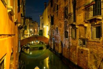 La Nuit à Venise en novembre, le Rio de Ca'Widmann dans le Sestier du Cannaregio.