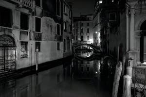Les reflets du Rio San Zulian et le pont Balbi à Venise.