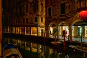 Les reflets du Rio dei Santi Apostoli et les Sotoporteghi del Magazen et Fallier dans le Cannaregio à Venise.