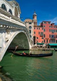 Gondole sous le pont du Rialto sur le Grand Canal de Venise