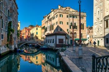 Les reflets du Rio et du pont del Mondo Novo et la Fondamenta Santa Maria Formosa, dans le Sestier du Castello à Venise.