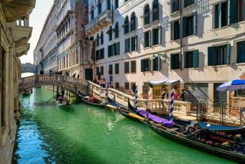 Gondoles sur le Rio del Palazzo, devant le pont de la Canonica, au fond, le palais des Doges et le pont des Soupirs, dans le Sestier de Saint-Marc à Venise.