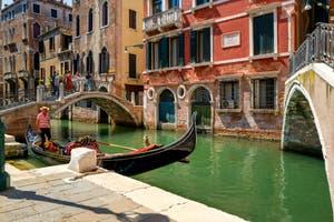 Gondole sur le Rio de San Luca Rossini dans le Sestier de Saint-Marc à Venise.