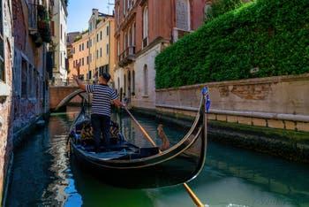 Gondole sur le Rio dei Fuseri dans le Sestier de Saint-Marc à Venise.
