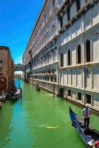 Gondoles sur le Rio de Palazzo o de la Canonica, devant le pont des Soupirs et le Palais des Doges à Venise.