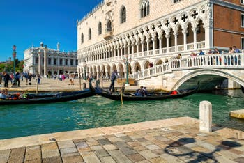 Le Palais des Doges et le pont de la Paille dans le Sestier de Saint-Marc à Venise.