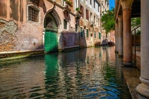 Le Rio de la Verona, devant la porte d'eau du Palais Caotorta, dans le Sestier de Saint-Marc à Venise.