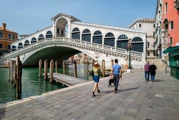 Promenade devant le pont du Rialto à Venise.