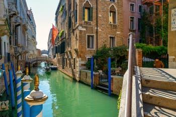 Le pont dei Consorzi et le pont des Soupirs sur le Rio de Palazzo o de la Canonica dans le Sestier de Saint-Marc à Venise.
