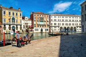 Gondoliers et gondoles sur le Campo de l'Erbaria devant le Grand Canal de Venise, au fond, le Fondaco dei Tedeschi.