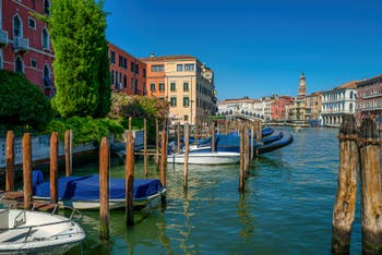 Le Grand Canal de Venise et le pont du Rialto vus depuis le Sestier de San Polo.