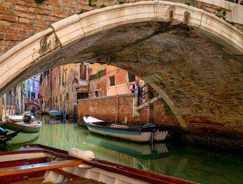 Le Rio de Sant'Aponal sous le pont Storto, dans le Sestier de San Polo à Venise.