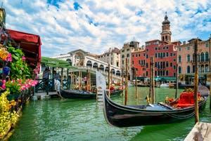 Gondoles et Gondoliers devant le pont du Rialto à Venise
