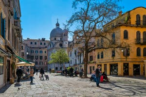 Le Campo Santa Maria Nova et l'église dei Miracoli dans le Cannaregio à Venise.