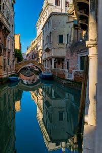 Les Miroirs de Venise, le Rio et le pont de Ca' Widmann dans le Cannaregio à Venise.