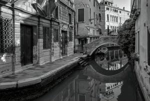 Reflets parfaits dans le Rio Widmann dans le Cannaregio à Venise.