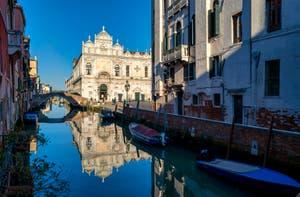 Beauté et Ciel Bleu : Le Rio dei Mendicanti et la Scuola Grande San Marco dans le Sestier du Castello à Venise.