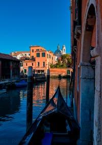 Gondole sur le Rio dei Ognissanti, au fond la Fondamenta Nani, dans le Dorsoduro à Venise.