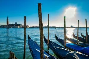 Les Gondoles du Bassin de Saint-Marc et l'île de San Giorgio Maggiore à Venise.