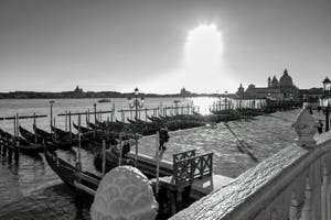 Les gondoles et le môle du bassin de Saint-Marc à Venise, au fond, l'église de la Salute.