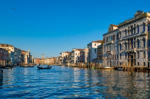 La gondole du Traghetto de San Tomà sur le Grand Canal de Venise.