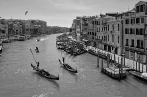 Gondoliers faisant le salut de l'Alzaremi sur le grand Canal de Venise.