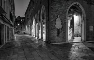 La Calle de le Becarie et le Marché du Rialto dans le Sestier de San Polo à Venise.