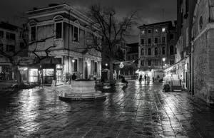La nuit sur le Campo dei Santi Apostoli dans le Cannaregio à Venise.