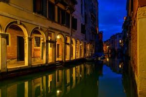 Le miroir du Rio dei Santi Apostoli et le Sotoportegho del Tragheto dans le Cannaregio à Venise.